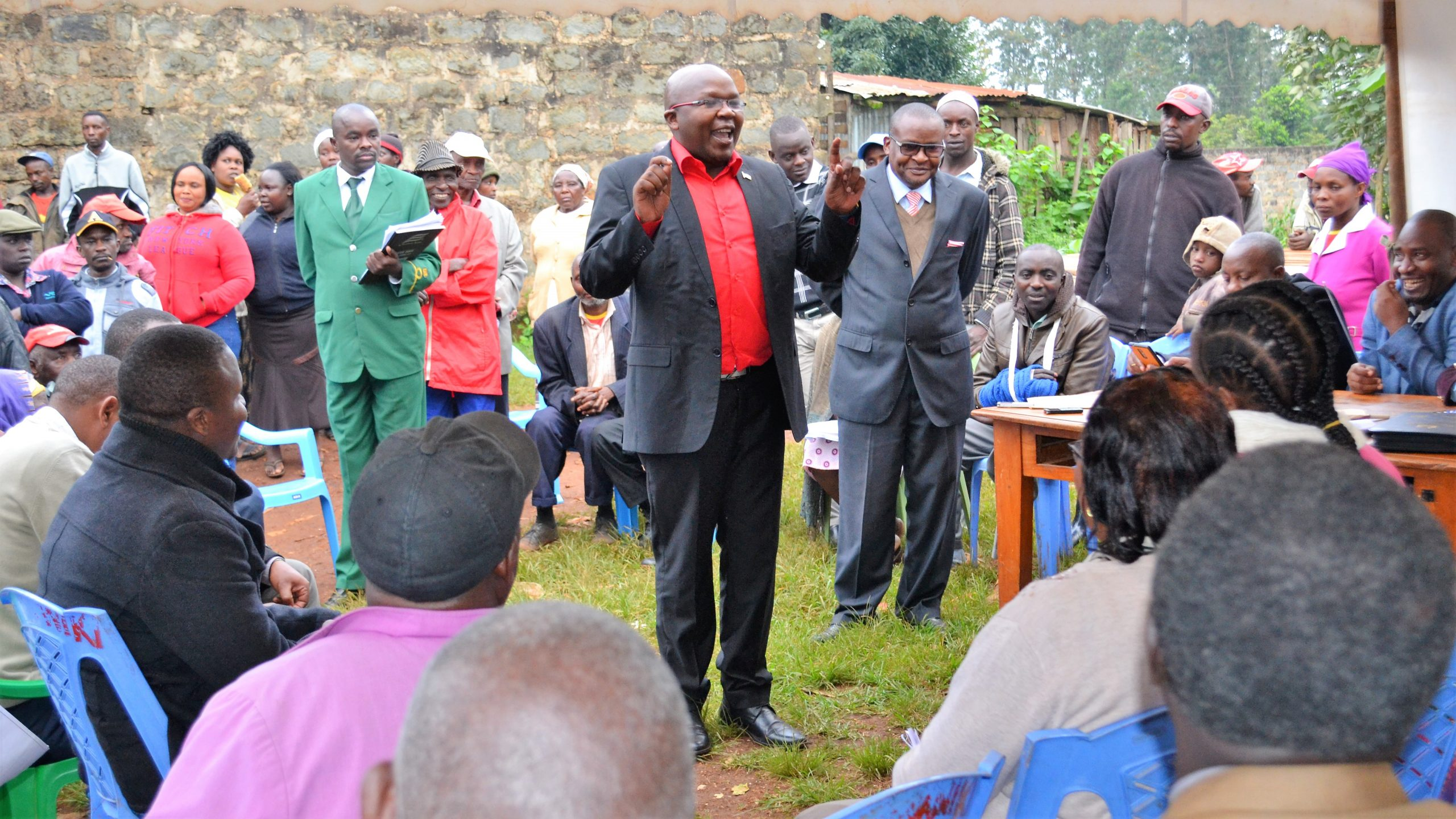 Ruguru Ngandori MCA Muturi Mwombo addressing attendees of a Public Participation forum at Manyatta market